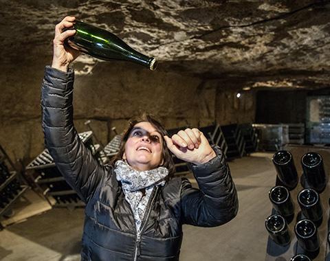La viticultrice Laure Carême montrant un vin fine bulle de Vouvray