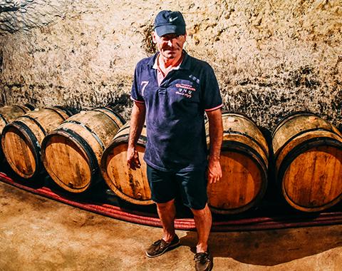 Le vigneron Olivier Carême dans sa cave