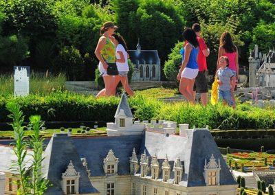 Touristes visitant le Parc des mini Châteaux
